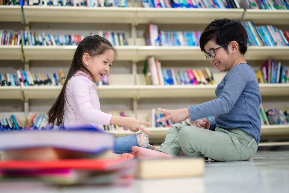 筆者認為當小朋友爭拗時,家長應建立一套較公平及公開的機制作調解。即使是「包剪揼」這類簡單的方法,也可以恒之有效。